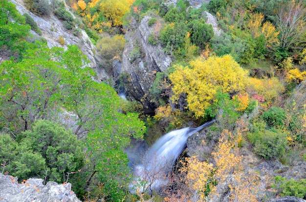 Осенний снимок водопада в природном парке вальдерехо