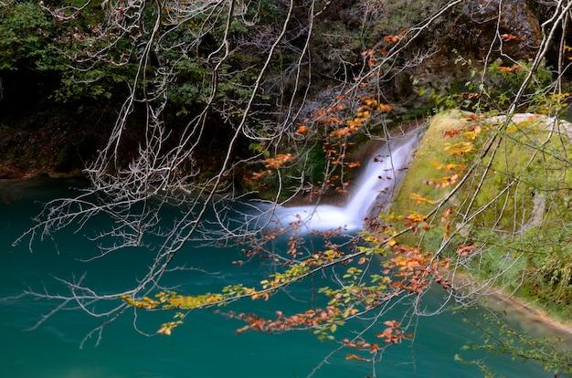 Urederra 강 자연 보호 구역의 가을 이미지. 나바라. 스페인