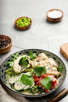 오징어와 신선한 야채를 곁들인 아보카도 샐러드, 복사 공간이 있는 근접 촬영