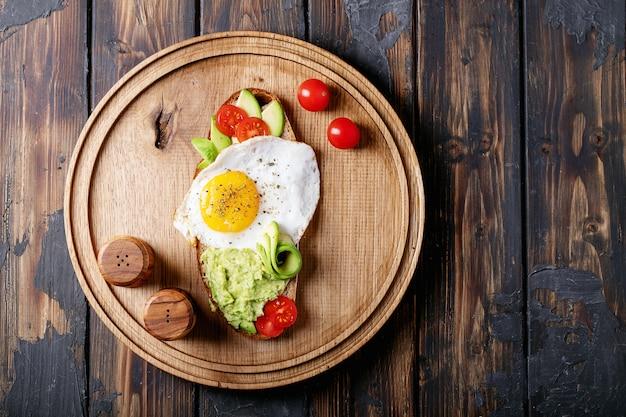 계란 요리 된 아바 카도 토스트