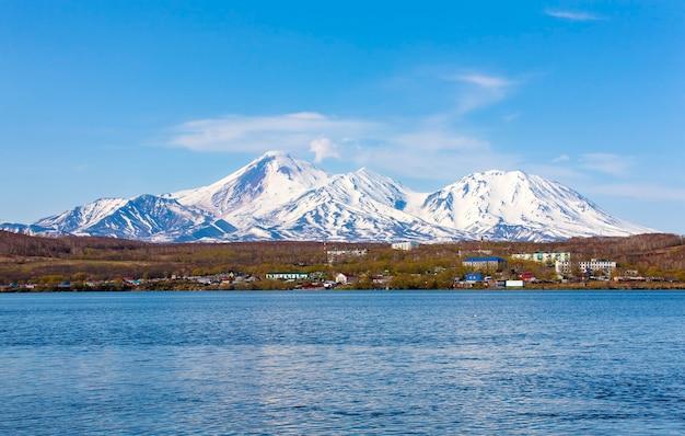 Авачинский вулкан возвышается над городом петропавловск-камчатский.