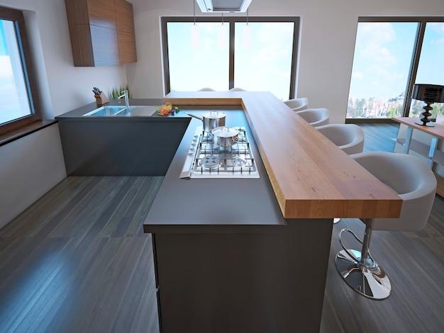 Авангардная кухонная островная барная стойка со столешницей из светлого дерева, белыми барными стульями и l-образным кухонным интерьером.