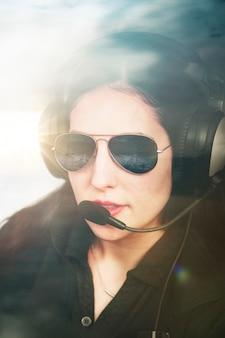 항공 교통을 듣고 헤드폰으로 비행사