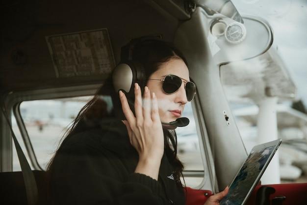 Авиатор с наушниками, слушать воздушного движения