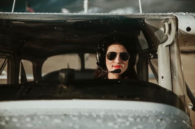 航空交通を聞くヘッドホン付き飛行士