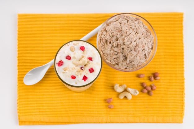 Особый молочный коктейль avil, очень полезный для здоровья, сделан из рисовых хлопьев и украшен орехами.