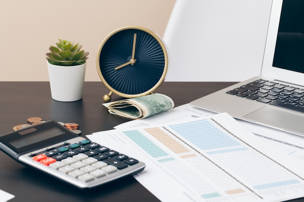 Avings, финансы, экономика и концепция дома - закрыть калькулятор подсчета денег и делать заметки в домашних условиях