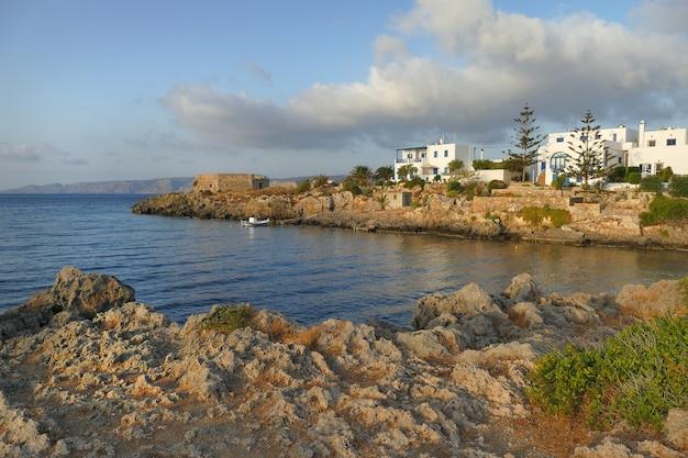 Панорамный вид на залив avlemonas в kythera, греция
