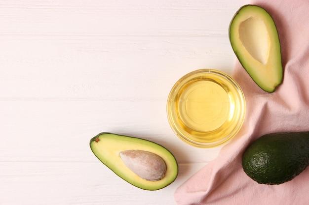 Масло авокадо и авокадо крупным планом на столе