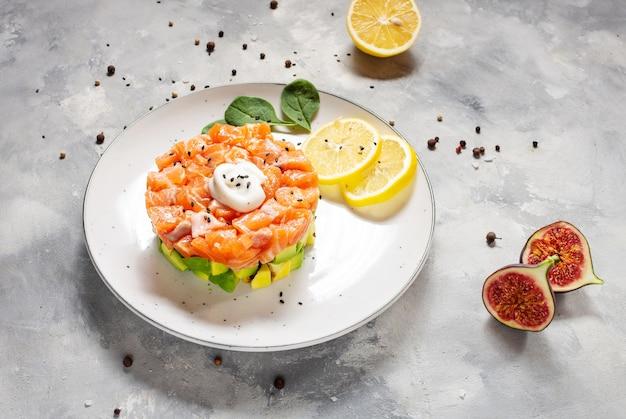 Тартар из авокадо и соленого лосося с лимоном и инжиром