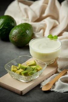 アボカドアボカドアボカドヨーグルトアボカド食品栄養コンセプトから作られた製品。