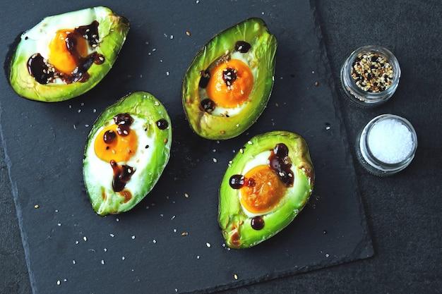 계란으로 구운 아보카도. 케토 점심 아이디어.