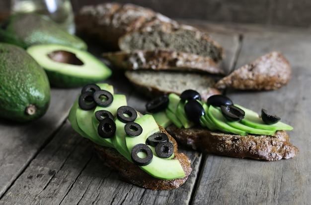 Хлеб из авокадо и оливки