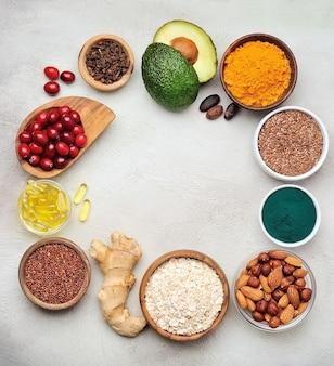 アボカド、クランベリー、亜麻の種子、アーモンド、ナッツ、ヘーゼルナッツ、ウコン、カカオ豆、スピルリナ、ゲンジャールート