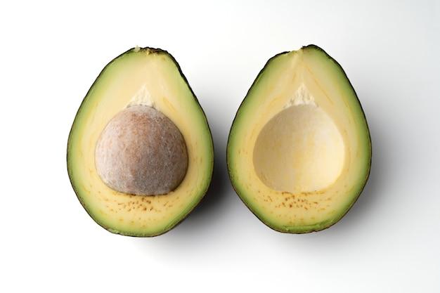 아보카도는 흰색 바탕에 반으로 자른 것으로, 아보카도의 살은 크림 같고 부드러 우며 버터 맛이납니다. 아보카도에는 영양소, 비타민 및 좋은 지방이 포함되어 있습니다.
