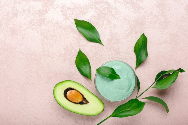 Маска для лица из авокадо в стеклянной банке с листьями и авокадо
