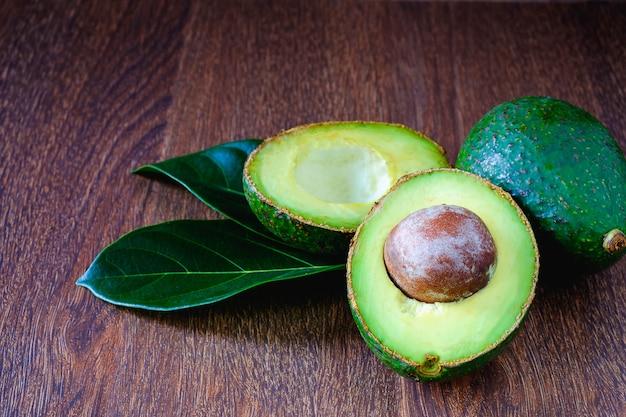 アボカドの果物と葉