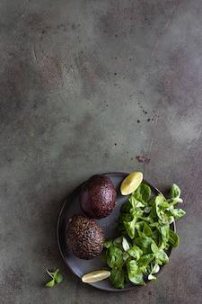 아보카도 녹색 잎 샐러드와 라임 조각 건강한 지방 상위 뷰 복사 공간