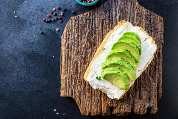 Сэндвич с авокадо гриль жареный вегетарианская закуска