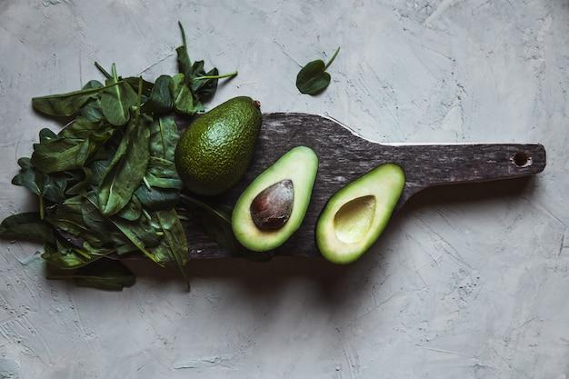 アボカド。テーブルの上の健康食品。素朴なボード。
