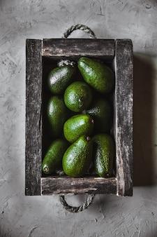 アボカド。テーブルの上の健康食品。ヴィンテージ木箱
