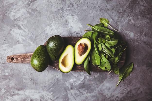 アボカド。テーブルの上の健康食品