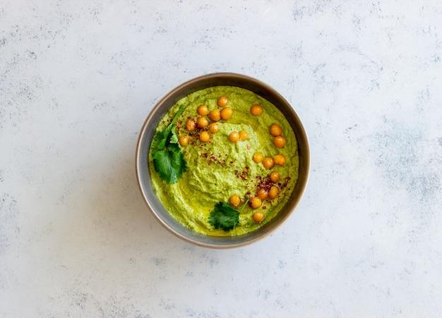 Хумус из авокадо в серой миске. здоровое питание. вегетарианская пища.