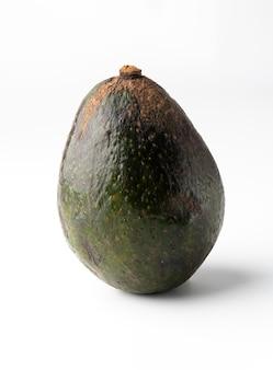 흰색 배경에 고립 된 아보카도, 거칠고 두꺼운 피부, 아보카도의 살은 크림 같고 부드럽고 버터 맛이납니다. 아보카도에는 영양소, 비타민 및 좋은 지방이 포함되어 있습니다.