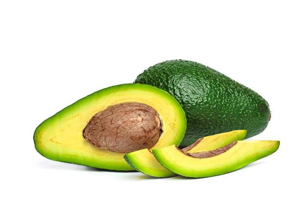 Авокадо, изолированные на белом фоне