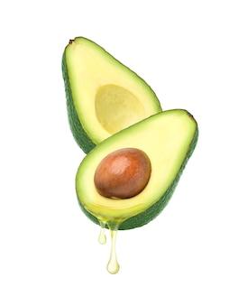 흰색 배경에 고립 된 아보카도 과일에서 떨어지는 아보카도 오일. 클리핑 경로.