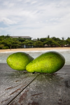 Авокадо на экзотическом пляже