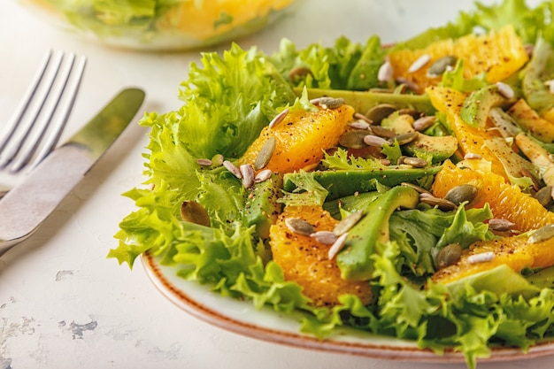 カボチャとヒマワリの種のアボカドオレンジサラダ