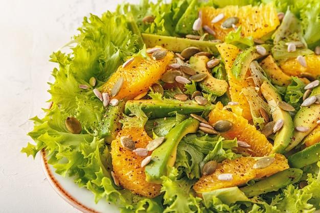 カボチャとヒマワリの種のアボカドオレンジサラダ。