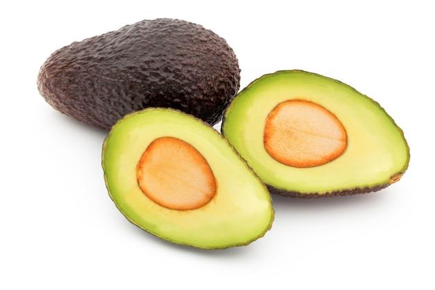 Набор кусочков авокадо, изолированные на белом фоне.