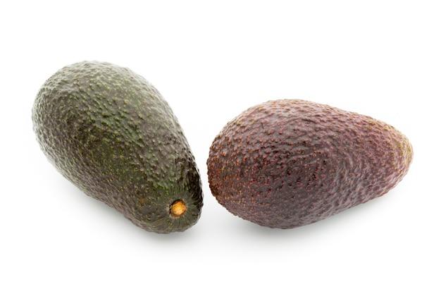 Набор кусочков авокадо, изолированные на белой поверхности.