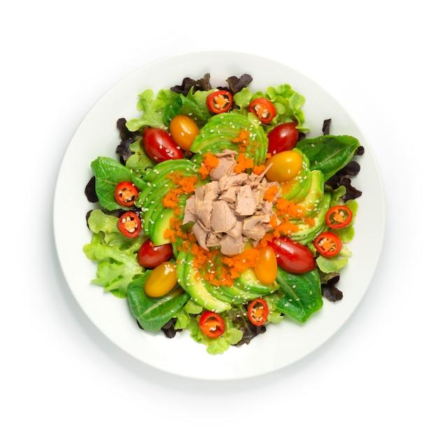 Салат из авокадо с тунцом, эбико, кунжутом и овощами