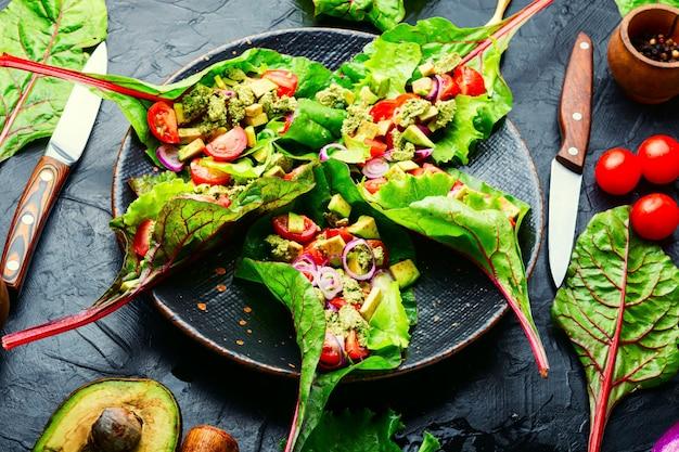 아보카도 샐러드, 근대 잎에 마늘 소스를 곁들인 토마토. 접시에 여름 비타민 샐러드