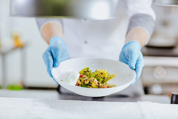 Салат из авокадо с куриным филе и яйцом пашот Premium Фотографии
