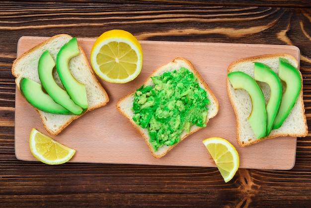 위에서 신선한 슬라이스 아보카도로 만든 빵에 아보카도 샌드위치