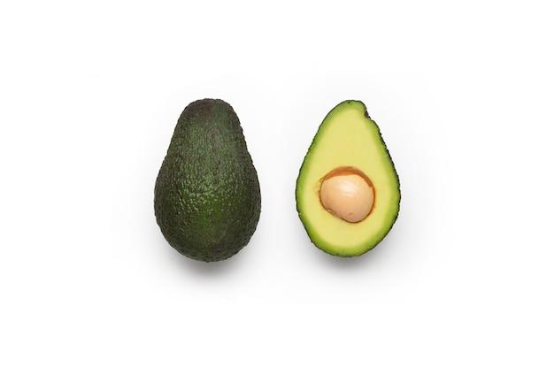 Набор авокадо, изолированные на белой поверхности