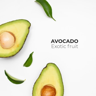 Set di avocado isolato su superficie bianca