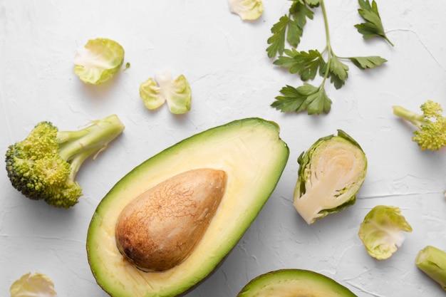 아보카도 시금치와 흰색 배경에 야채