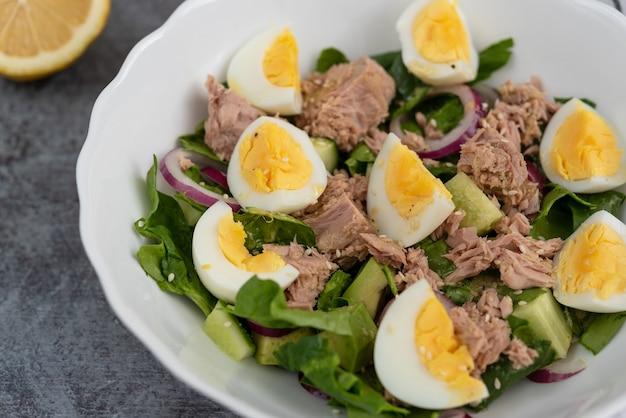 マグロ、ゆで卵、オリーブオイルのアボカドほうれん草のサラダ