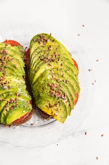 Toast di avocado sulla piastra con condimento