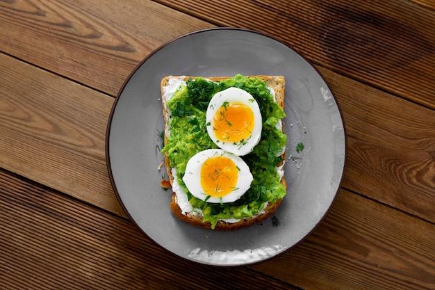 アボカドトーストと卵。四角い全粒パンのトースト。