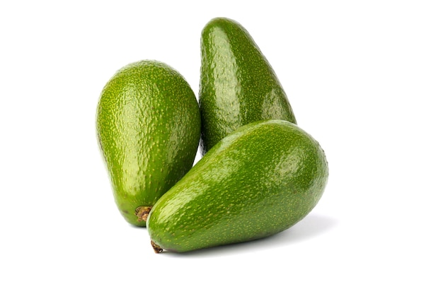 Крупный план овощей авокадо, изолированные на белом. свежий сочный авакадо. ингредиент здоровой пищи.