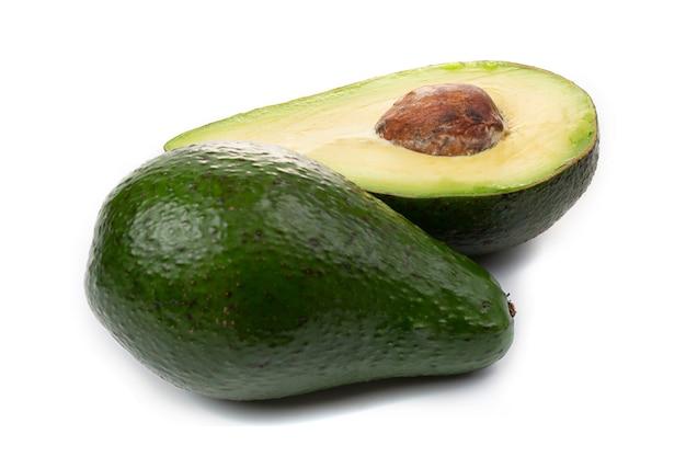 아보카도 전체 과일과 조각, 흰색 배경에 고립