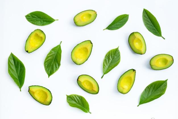 흰색 바탕에 녹색 잎 아보카도입니다. 평면도