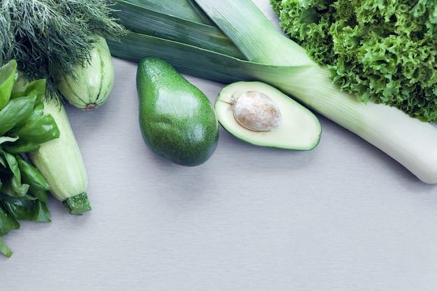 아보카도, 호박, 채소를 배경으로