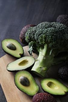 Авокадо и брокколи